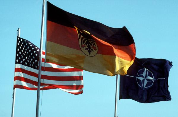 Bild 1 von 3: Seit 44 Jahren ist die Bundesrepublik Mitglied der NATO und damit militärisch mit den USA verbündet.