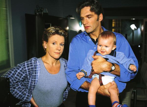 Bild 1 von 10: Schmidt (Walter Sittler) versucht Nikola (Mariele Millowitsch) zur Mithilfe beim Babysitten von Max (Yannick Reuter) zu bewegen.