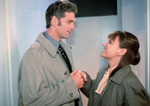 Bild 1 von 10: Nikolas Schwester Luise (Mariele Millowitsch in einer Doppelrolle), die gerade von ihrem Freund verlassen worden ist, lernt Dr. Schmidt (Walter Sittler) kennen und erliegt sofort seinem Charme.