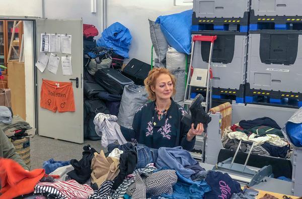 Bild 1 von 3: Bei der Berliner Stadtmission kommen im Jahr rund 700 Tonnen Kleidung an. Die \