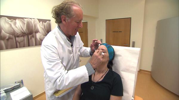 Bild 1 von 6: Vorsichtig entfernt Dr. Thurner Kerstins Nasenverband