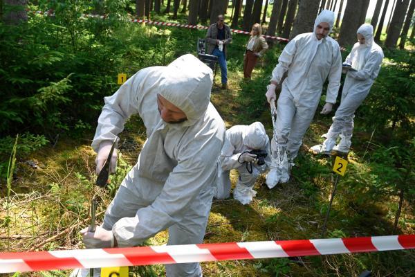 Bild 1 von 8: Die Polizei sichert Spuren im Wald - hier wurden vor kurzem menschliche Knochen gefunden. Wie sich später herausstellt: Das Opfer wurde ermordet. Ein schwieriger Fall für die Polizei, die seit Jahren versucht, das Verbrechen zu klären.