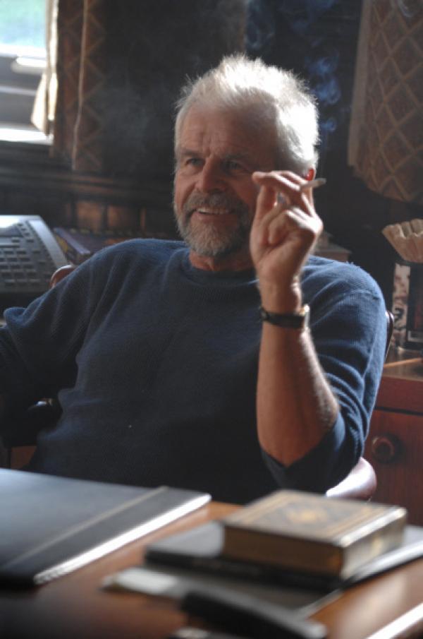 Bild 1 von 14: Dr. Dix (William Devane), selbst einmal Polizist und Alkoholiker, ist der ideale Psychiater für Jesse Stone.