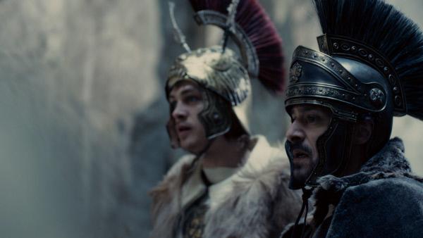 Bild 1 von 1: Alexander (David Schütter) und sein bester Freund Hephaistion (Sascha Tschorn) am Hindukusch. Nach ihrer Vorstellung eines der letzten Hindernisse auf dem Weg nach Indien, ans Ende der Welt.