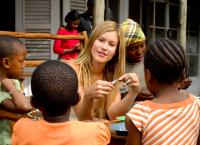 Im Brautkleid durch Afrika
