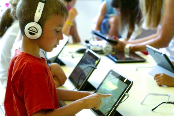 Bild 1 von 2: Forscher gehen der Frage nach, wie Kinder effektiv lernen können. Aufmerksamkeit und aktive Beteiligung sind dabei essenziell.