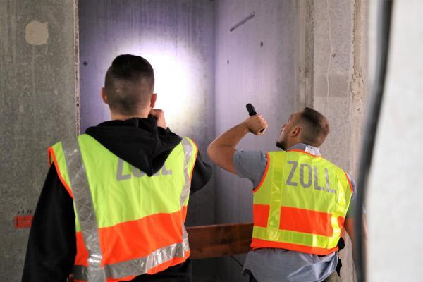 Bild 1 von 2: Zollbeamte suchen illegale Bescha?ftigte auf einer Baustelle.