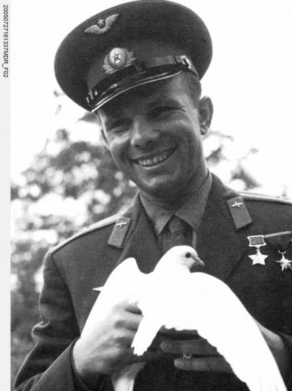 Bild 1 von 1: Juri Gagarin. Der erste Mensch im Kosmos. Nach seinem historischen Flug vom 12. April 1961 avanciert er zum ersten wahren Pop-Star der Sowjets. Der neue Held bereist fast den ganzen Erdball, nachdem er ihn als erster umrundet hatte und erweist sich als PR-Volltreffer der Sowjets.