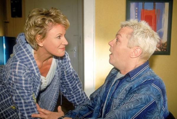 Bild 1 von 9: Tim (Oliver Reinhard) kann sich vor Aufregung kaum noch halten, weil er unbedingt wissen will, mit wem Nikola (Mariele Millowitsch) heute abend ausgeht...