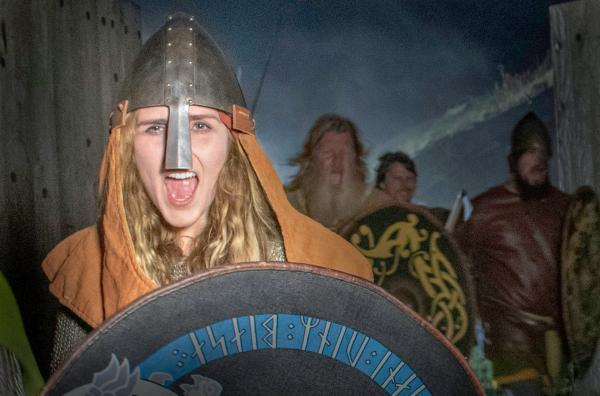 Bild 1 von 6: An vorderster Front: Die Kriegerin Signe (Moa Enqvist Stefansdotter) führt eine Wikingerhorde in den Kampf.
