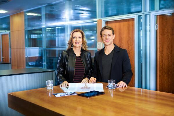 Bild 1 von 2: Bettina Tietjen und Alexander Bommes Bettina Tietjen bekommt einen neuen Talkshow-Partner. Ab 6. Februar 2015 führt sie gemeinsam mit Alexander Bommes durch die Sendung, die jetzt \