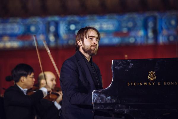 Bild 1 von 2: Der überragende russische Pianist Daniil Trifonov spielt das berühmte Klavierkonzert Nr. 2 von Sergej Rachmaninow auf dem Platz vor dem Kaiserlichen Ahnentempel in Peking.