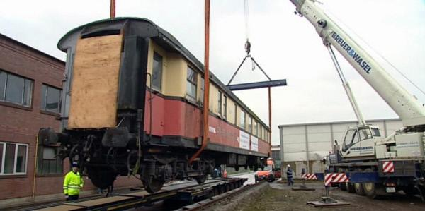Bild 1 von 3: Schwerstarbeit: Der restaurierte Rheingold-Waggon hängt am Kran.