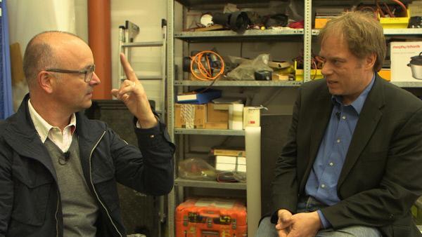 Bild 1 von 8: Der Polarforscher Frank Wilhelms (rechts) vom Alfred-Wegener-Institut für Polar- und Meeresforschung (AWI) in Bremerhaven erzählt Karsten Schwanke von seinem großen Ziel: so tief ins Eis der Antarktis zu bohren, dass er auf Schichten trifft, die älter als eine Million Jahre sind.