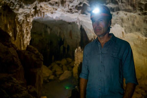 Bild 1 von 3: Dirk Steffens erkundet die Rat-Cave-Höhle in der Nähe des Phong-Nha-Ke-Bang- Nationalparks in Zentralvietnam. Unter ihm befindet sich das älteste große Kalkstein-Plateau ganz Asiens. Es ist 400 Millionen Jahre alt. In der Kalkstein-Formation entdeckten Forscher vor Kurzem die größte Höhlenpassage der Welt.