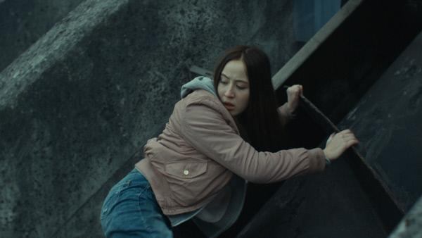 Bild 1 von 4: Noor (Imani De Caestecker) versucht, zu fliehen.