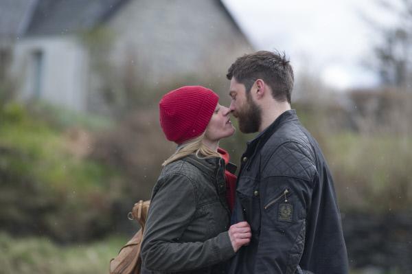 Bild 1 von 4: Claire (Anne-Marie Duff) verabschiedet sich von Norrie (Richard Rankin), denn sie hat sich dazu entschlossen, der Polizei von Manchester bei den Ermittlungen zu unterstützen.