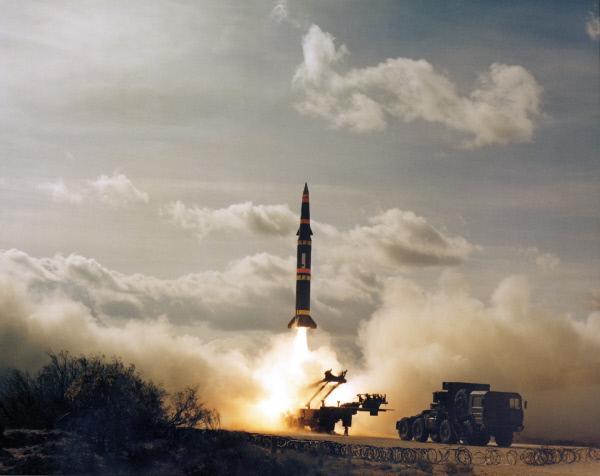 Bild 1 von 4: Start einer Pershing-II-Rakete. 1979 löst die NATO mit dem Beschluss, Atomraketen dieser Bauart in Europa zu stationieren, eine Kettenreaktion im Rüstungswettlauf aus.