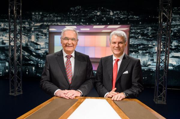 Bild 1 von 2: Die Moderatoren Peter Stefan Herbst (Chefredakteur Saarbrücker Zeitung, rechts) und Norbert Klein (Chefredakteur SR-Fernsehen)