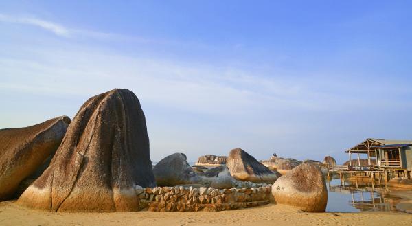 Bild 1 von 11: Strand mit Felsformationen auf der Insel Belitung.
