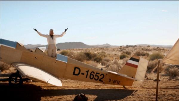 Bild 1 von 3: Flugpionierin Elly Beinhorn nach ihrem Alleinflug nach Afrika in einer Spielszene aus \