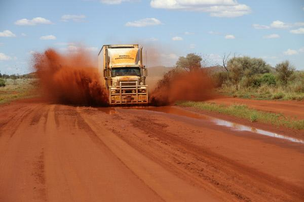 Bild 1 von 3: Matt Riches' convoy travelling through to Warburton.