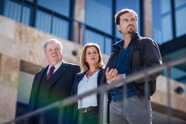 Bild 1 von 3: Staatsanwalt Bernd Reuther (Rainer Hunold), Kerstin Klar (Fiona Coors) und Christian Schubert (Simon Eckert) ermitteln im Mordfall eines Mannes, der für eine Reinigungsfirma arbeitete.
