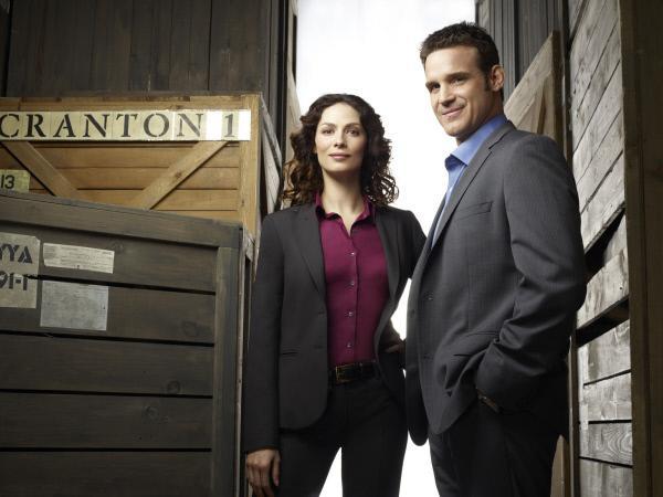Bild 1 von 22: (1. Staffel) - Die Agenten Myka Bering (Joanne Kelly, l.) und Pete Lattimer (Eddie McClintock, r.) könnten unterschiedlicher kaum sein. Wird es ihnen trotzdem gelingen, zusammen zu arbeiten?