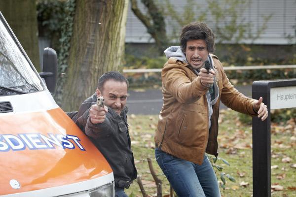 Bild 1 von 31: Als Semir (Erdogan Atalay, l.) und Ben (Tom Beck) mit Melanie die Klinik verlassen, kommt es zu einem Überfall - doch was wollen die Gangster von der jungen Frau?