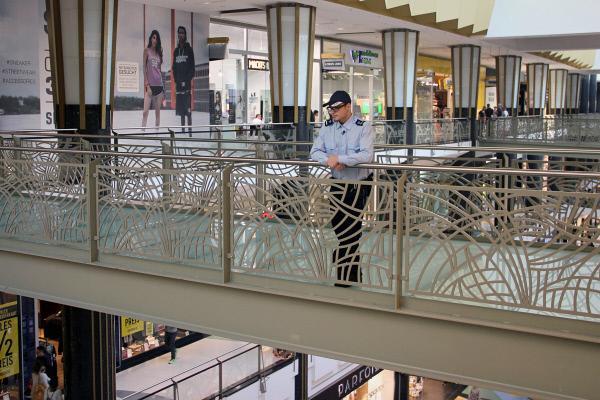 Bild 1 von 3: Die Sicherheitskräfte in großen Shoppingmalls müssen bis zu 25 Kilometer am Tag laufen, um das ganze Einkaufzentrum im Blick zu haben.
