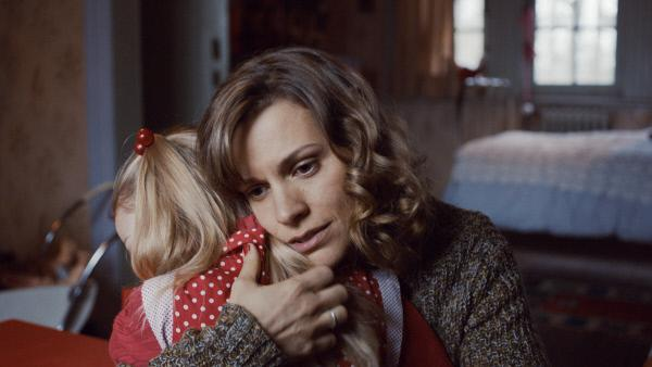 Bild 1 von 4: Nach der Erkenntnis, dass ihre Tochter Romy (Cécile Enthoven) tot ist, klammert sich Mie (Veerle Baetens) an die Erinnerungen mit ihr.