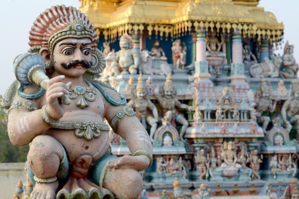 Bild 1 von 4: Je näher man den reich verzierten Türmen des Minakshi-Tempels kommt, desto mehr Details werden sichtbar. Auf jedem der Türme sind bis zu tausend bunt bemalte Stuckfiguren zu sehen, die Götter, Dämonen, Tiere und mythologische Szenen darstellen.
