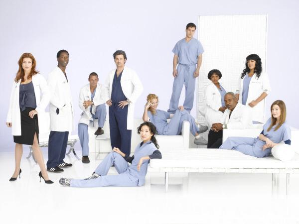 Bild 1 von 2: (3. Staffel) - Machen sie sich daran, den unberechenbaren Krankenhausalltag zu meistern: (v.l.n.r.) Dr. Addison Shepard (Kate Walsh), Dr. Preston Burke (Isaiah Washington), Dr. Alex Karev (Justin Chambers), Dr. Derek Shepherd (Patrick Dempsey), Dr. Cristina Yang (Sandra Oh), Dr. Isobel 'Izzie' Stevens (Katherine Heigl), Dr. George O'Malley (T.R. Knight), Dr. Miranda Bailey (Chandra Wilson), Dr. Richard Webber (James Pickens, Jr.), Dr. Callie Torres (Sara Ramirez) und Dr. Meredith Grey (Ellen Pompeo) ...