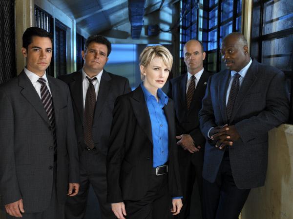 Bild 1 von 2: Scott (Danny Pino, l.), Nick Vera (Jeremy Ratchford, 2.v.r.), Will (Thom Barry, r.), Lilly Rush (Kathryn Morris, M.) und John Stillman (John Finn, 2.v.r.)