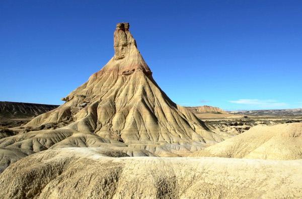 Bild 1 von 5: Im Naturpark Bardenas Reales am Ebro hat die Erosion des Lehm-, Kalk- und Sandbodens verspielte Formen hervorgebracht, die eine Art Mondlandschaft voller Schluchten, Hochebenen und vereinzelter Hügel bilden.