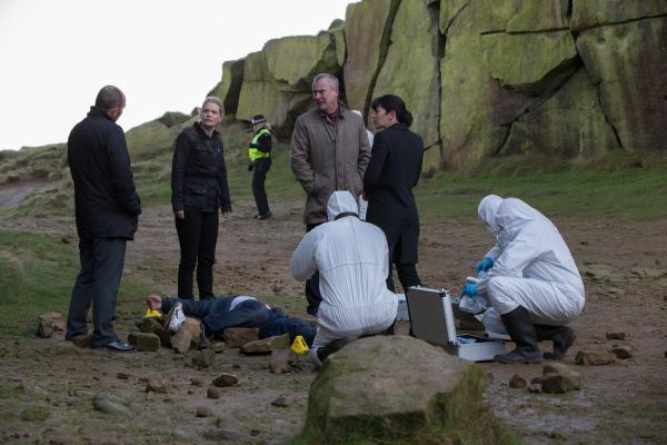 Bild 1 von 5: Ken Blackstone (Jack Deam, l.), Annie Cabbot (Andrea Lowe, 2.v.l.), Alan Banks (Stephen Tompkinson, 3.v.r.) und Helen Morton (Caroline Catz, r.) stehen am Tatort. Das Opfer, ein Student, wurde von der Felswand in den Tod gestürzt.