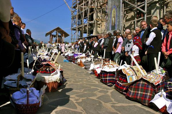 Bild 1 von 5: Ostersonntag im rumänischen Sapânta: Vor der Kirche werden die Osterspeisen nach orthodoxem Brauch gesegnet.