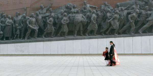 Bild 1 von 4: Sin Mi und ihre Eltern legen am Denkmal des \