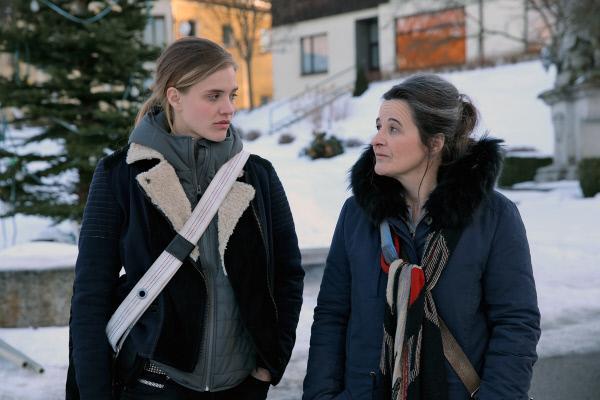 Bild 1 von 7: Kommissarin Grete Öller (Maria Hofstätter, re.) und ihre junge Kollegin Lisa Nemeth (Miriam Fussenegger, li.) von der Kripo Linz kommen in das verschlafene Dörfchen, um den Fall aufzuklären.