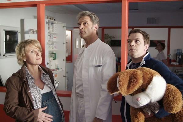 Bild 1 von 8: Nikola (Mariele Millowitsch), Dr. Schmidt (Walter Sittler, Mi.) und Tim (Oliver Reinhard) stehen im Dunkeln und wissen nicht, was sie davon halten sollen...
