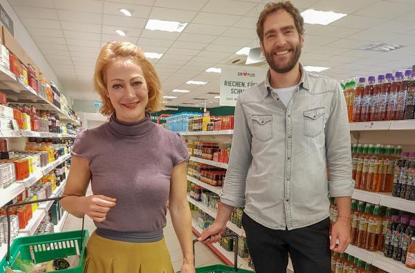 Bild 1 von 3: Einkaufen in einem Supermarkt mit ungewöhnlichem Konzept: Die Regale sind gefüllt mit Lebensmitteln, die sonst auf dem Müll gelandet wären.