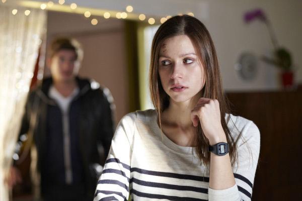 Bild 1 von 31: Die vom Dienst suspendierte Jenny (Katrin Heß) wird zu Hause von Timo (Philipp Danne) überrascht.