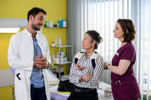 Bild 1 von 6: Dr. Frank Stern (Max Alberti), Dagmar Schönemann (Renate Serwotke, l.) und Hanna Winter (Marie Zielcke, r.).