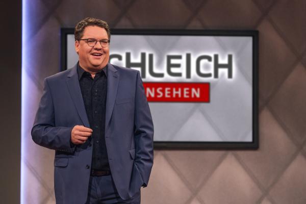 Bild 1 von 5: Wenn ganz Bayern zur staden Zeit ruhig und gemütlich wird, legt Helmut Schleich (im Bild), König der politischen Satire, erst richtig los. Wie immer schlüpft der grandiose Parodist in zahlreiche Rollen, lässt den kritischen Gedanken freien Lauf und trägt so zur Be-Sinnung der Gesellschaft bei.