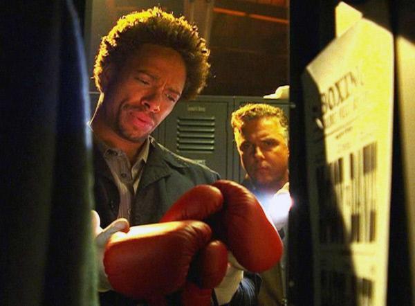 Bild 1 von 15: Warrick (Gary Dourdan, l.) und Grissom (William Petersen) sind auf der richtigen Spur: Die Boxhandschuhe liefern einen wichtigen Beweis...