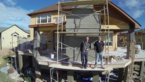 Bild 1 von 2: F?r ein ganz bestimmtes, innovatives Unternehmen in Colorado ist der Terrassenbau reine Kunst. Das Team schafft unter anderem mithilfe von Unterhaltungssystemen und einzigartigen K?chen wahrhaftige Transformationen von Au?enbereichen!