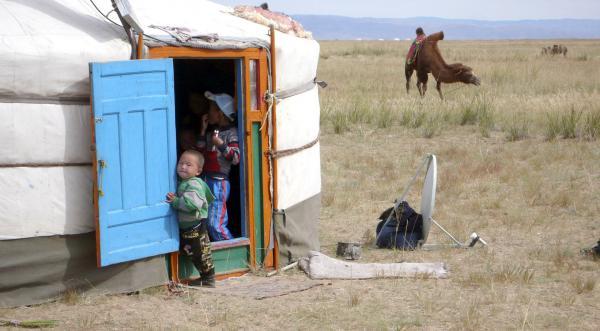 Bild 1 von 6: Die grasbestandenen Gebiete rund um den Uvs Nuur werden seit Jahrtausenden von Nomaden genutzt, die mit ihren Jurten hier ihre Sommerlager aufschlagen.
