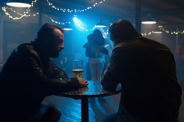 Bild 1 von 7: Bob Lemmens (Tom Waes, l.) trifft sich mit Ferry Bouman (Frank Lammers), um die Details der Drogenübergabe zu besprechen. Wird Bouman endlich in die Falle tappen?