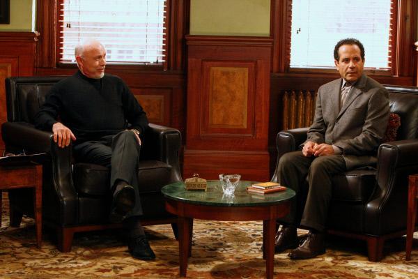 Bild 1 von 1: Nach dem plötzlichen Ableben Dr. Krogers muss sich Monk (Tony Shalhoub, r.) widerstrebend an seinen neuen Therapeuten Dr. Bell (Hector Elizondo, l.) gewöhnen.