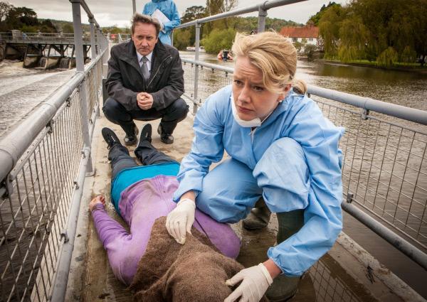 Bild 1 von 1: Inspector Barnaby (Neil Dudgeon, h.) und Dr. Kate Wilding (Tamzin Malleson, v.) haben viele Fragen angesichts dieser Leiche.